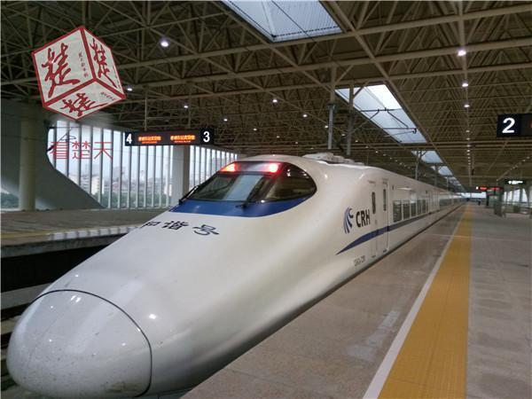 武铁公布首批12对春运加开列车 17日买除夕车票