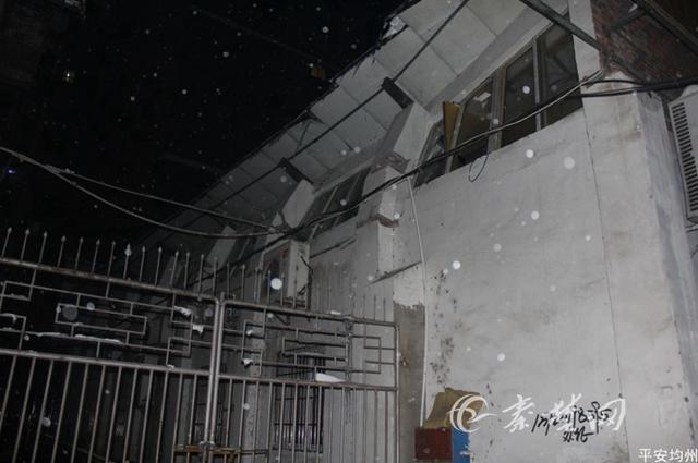 酒楼屋顶被积雪压塌导致墙体开裂 民警连夜处置